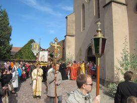 Первый православный Крестный ход вокруг храма святого Трофима, в котором с 777 года хранились мощи святых мучениц Веры, Надежды, Любови и матери их Софии.